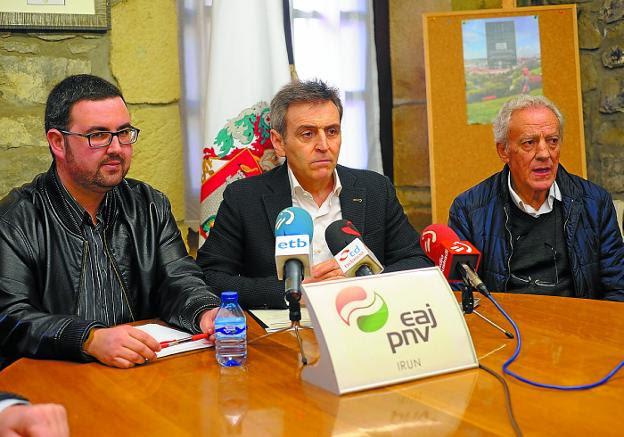 Lander Ugartemendia, Xabier Iridoy y Xabier Txapartegi, en la rueda de prensa de ayer. / F. DE LA HERA