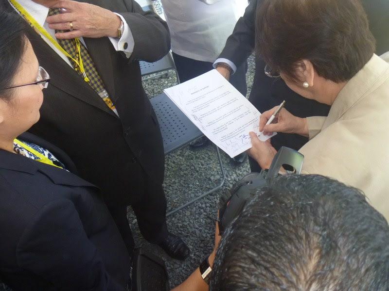Dr. Mina Gabor signing the manifesto