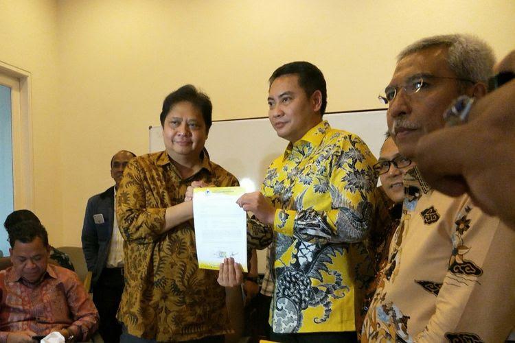Ketua DPD Partai Golkar DKI Jakarta Fayakhun Andriadi menyerahkan surat dukungan kepada calon Ketum Golkar Airlangga Hartarto