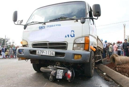 Hình ảnh Tai nạn giao thông, cô gái chết thảm dưới gầm xe tải số 1