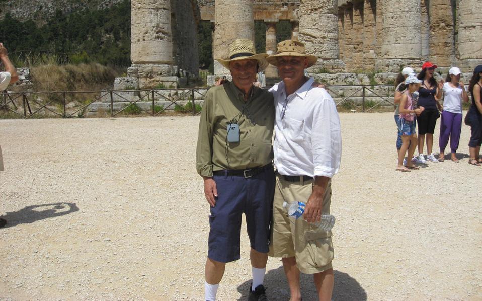 Πατέρας και γιος Μέντελσον στη Σεγέστα (ή Εγεστα ή Αίγεστα) της Σικελίας, το καλοκαίρι του 2011, όταν πραγματοποίησαν από κοινού μια κρουαζέρια στη Μεσόγειο με θέμα την ομηρική «Οδύσσεια».
