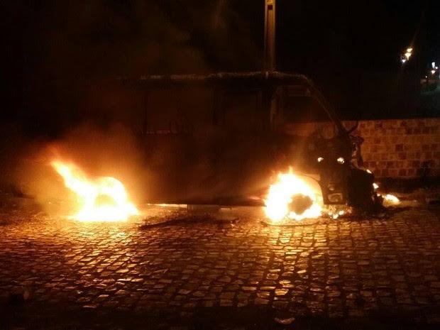 Ônibus incendiado em Assu (Foto: Francisco Coelho/Focoelho.com)