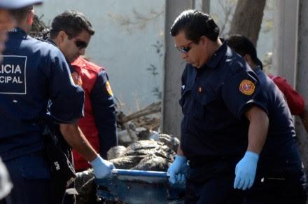 Policías trasladan el cuerpo de un hombre hallado en Ecatepec, Edomex. Foto: David Deolarte