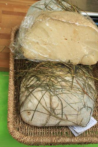 Formaggio di latte di capra stagionato nel fieno