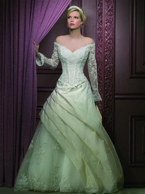 Embracing trendy green wedding dresses: Pictures ideas