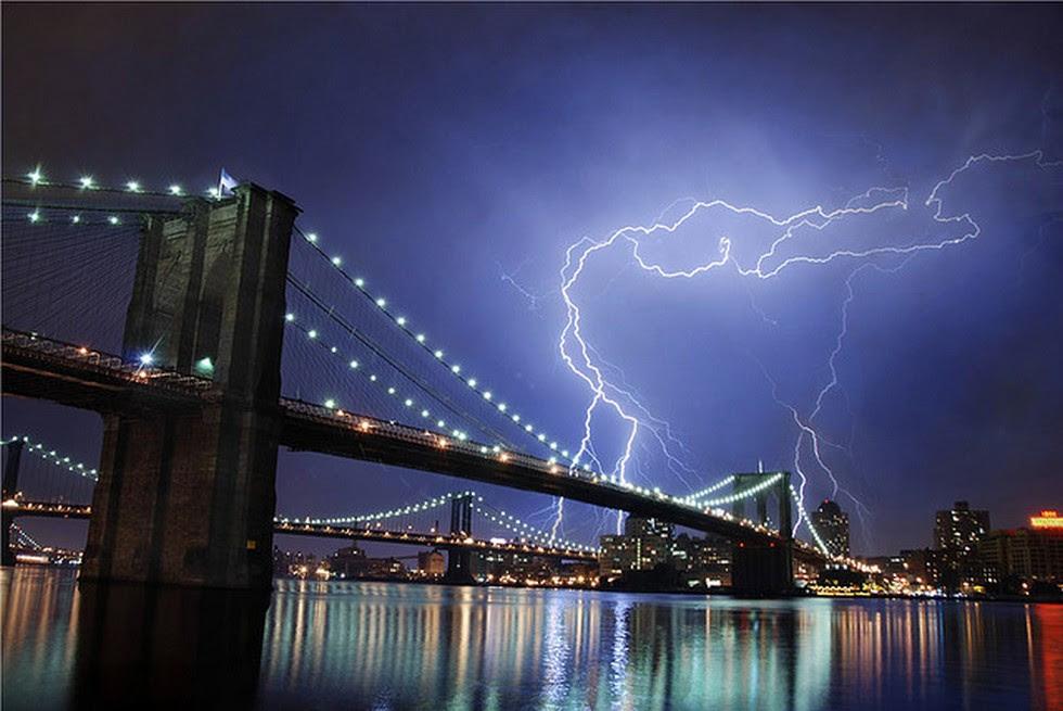 Молния над мостом