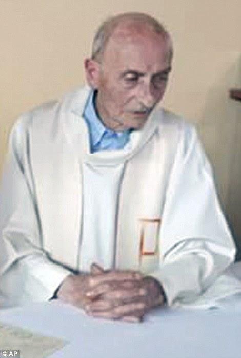 """Estas imagens de telefonia móvel são acreditados para ser as últimas fotografias tiradas do Padre Hamel antes de morrer.  Sobrevivente irmã Danielle disse: """"Jacques amava todas as pessoas independentemente da religião.  Isso é tudo que posso dizer.  Um sacerdote fiel, um padre que amou todos, que muito amou """""""