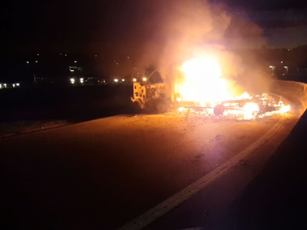 Caminhão incendiado na alça de acesso para a Rodovia Anhanguera (Foto: Reprodução EPTV)