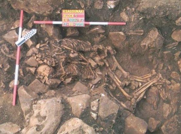 Σπανιότατη ταφή 3800π.Χ. εναγκαλισμού άνδρα και γυναίκας μεταξύ τωνευρημάτων της ανασκαφής στο Διρό