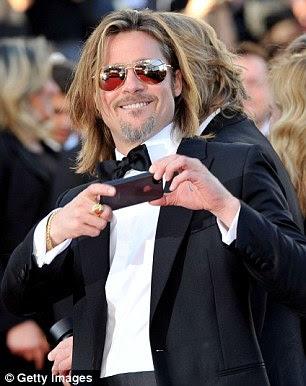 Agora você acha que eles, agora você não: Brad mantinha seus óculos de sol como ele tirou fotos em seu iPhone