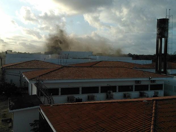 Imagens mostram fumaça saindo do pavilhão 2 da Penitenciária Estadual de Parnamirim (Foto: Divulgação/Polícia Militar)