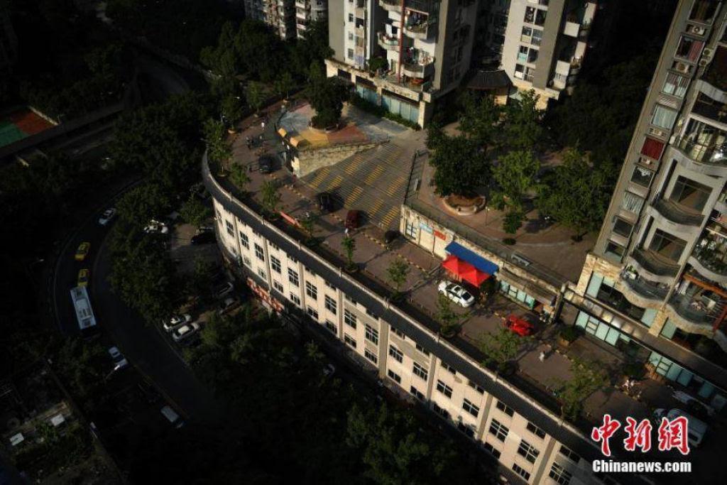 Edifício de cinco andares na China tem uma rua em sua cobertura