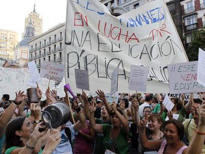Miles de manifestantes cortaron ayer la calle Alcalá de Madrid para pedir una educación pública y de calidad. Mónica Patxot