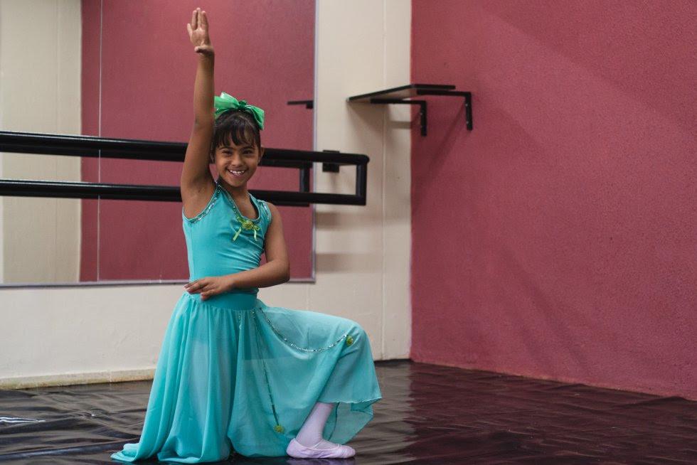 Beatriz é disciplinada no ballet clássico