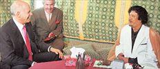 Παπανδρέου- Καντάφι στην τέντα. Ο λίβυος ηγέτης υποδέχθηκε τον κ. Παπανδρέου φορώντας λευκό κοστούμι και μία λινή  παραδοσιακή αμπάγια στο χρώμα της άμμου. Σε δηλώσεις του τόνισε ότι στέκεται στο πλευρό του ελληνικού λαού και ότι ακολουθεί τις  ίδιες αρχές που είχε θεσπίσει η χώρα του «με τον αείμνηστο πατέρα σας», όπως είπε χαρακτηριστικά στον Γιώργο