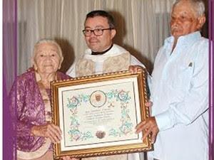 Entrega de quadro do Papa Francisco que concede a benção apostólica ao matrimônio (Foto: Marcondes/ Arquivo pessoal)