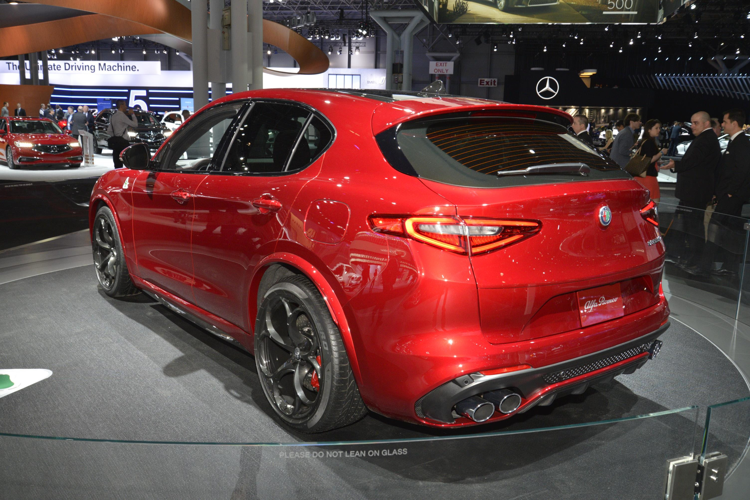 ALFA ROMEO DEBUTS THE 2018 STELVIO SUV LINEUP AT THE 2017