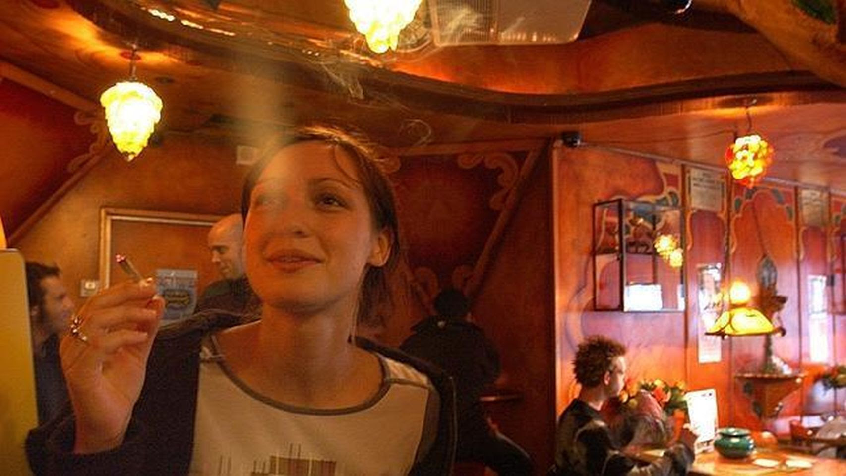 Una joven fumando cannabis en un coffee shop de Ámsterdam (Holanda).