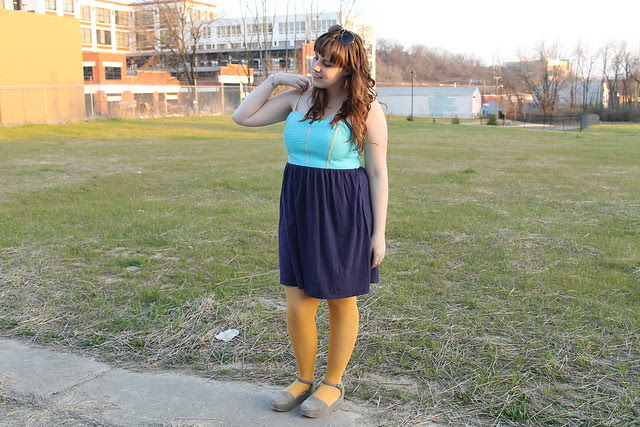 Spring outfit: teal, yellow, and navy jersey dress, yellow tights, Free People gray suede flatforms, gold arrow necklace, Ray-Ban aviator sunglasses