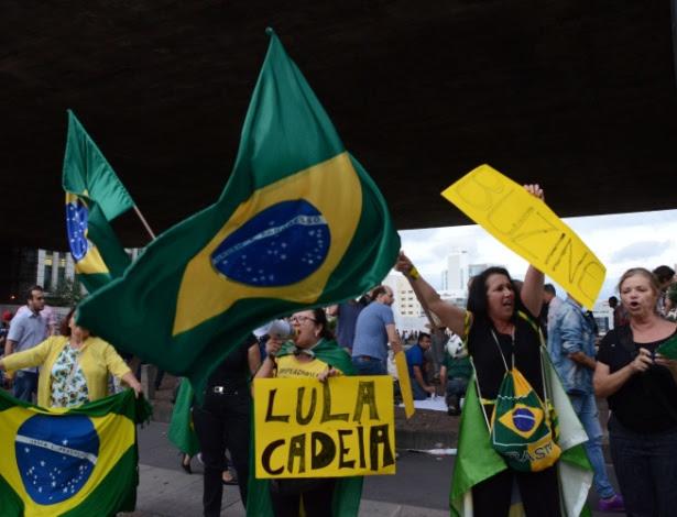 Manifestantes vão para a avenida Paulista, em São Paulo, protestar contra a nomeação do ex-presidente Luís Inácio Lula da Silva como ministro da Casa Civil