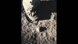 Huella en la superficie lunar desde el Apollo 11. Julio de 1969.
