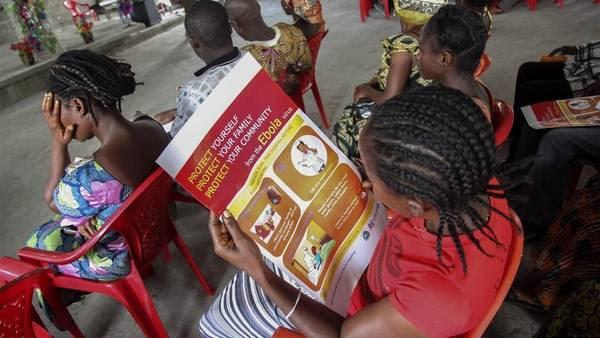 Una mujer lee un cartel con información sobre el virus de ébola. Médicos Sin Fronteras dijo que la epidemia está fuera de control. (EFE)