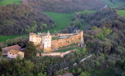 Il Castello di Passerano. Sorge al centro dell'omonima tenuta agricola ed è uno degli esempi di castello medioevale meglio conservati del Centro Italia