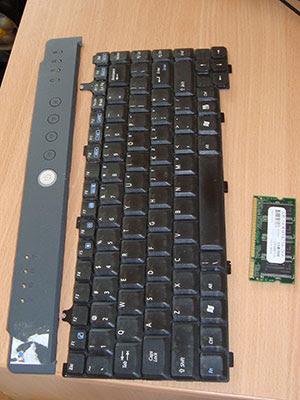 Вот что еще было в комплекте с ноутбуком-донором. Клавиатура так точно еще пригодиться. А еще была вполне рабочая батарея.