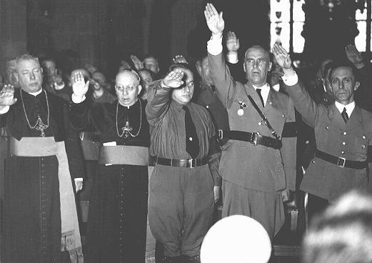 Obispos católicos haciendo saludo nazi