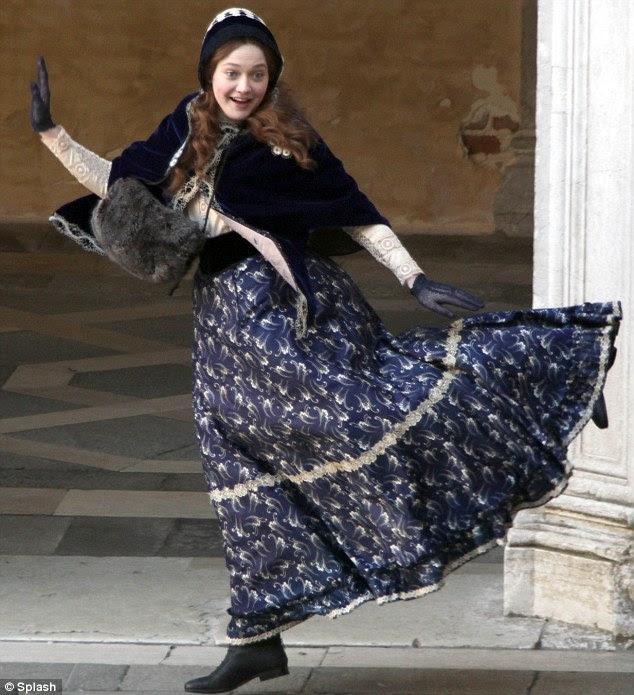 Tendo um riso: Apesar das condições frias, Dakota parecia estar tendo uma filmagem bola, dançar e radiante como ela fez seu caminho em torno da localização pitoresca