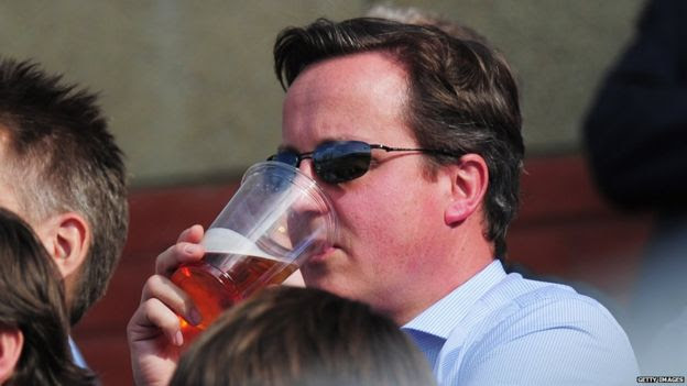 David Cameron assistindo cricket em 2011