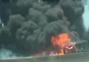Caminhão pega fogo na Dutra em Roseira-restrospectiva (Foto: Reprodução)
