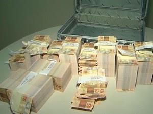 Meio milhão de reais em notas falsas foram encontrados com homem em Vitória da Conquista, Bahia (Foto: Reprodução/ TV Sudoeste)
