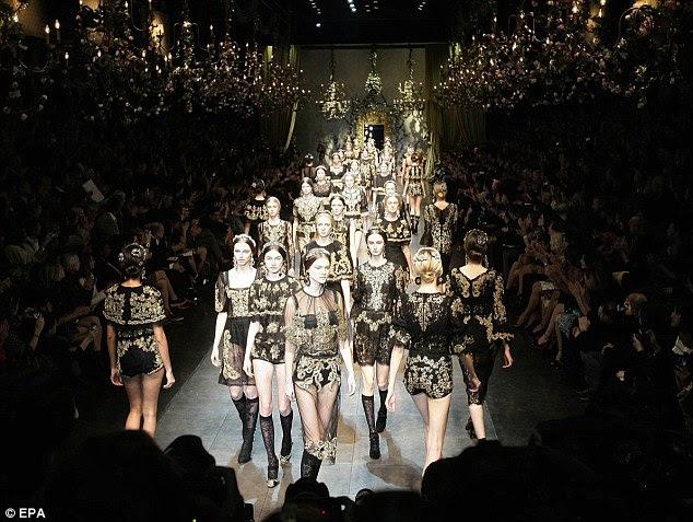 Mulheres renascentistas: Os modelos sashay na passarela em preto e dourado