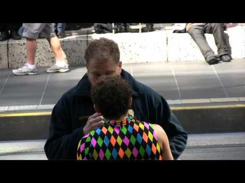 video de un hombre y un vigilante de seguridad que no le deja bailar en la calle