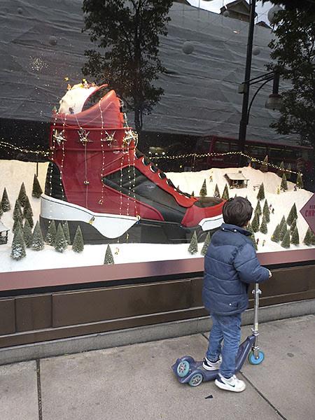 devant la vitrine de Noël