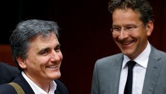 El ministre de Finances grec, Euclid Tsakalotos, amb el president de l'Eurogrup, Jeroen Dijsselbloem, aquest dilluns a Brussel·les (Reuters)