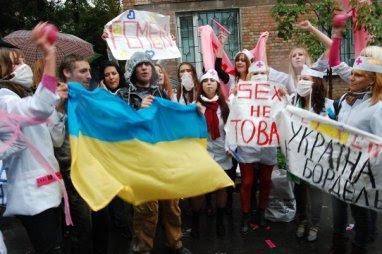 Manifestante FEMEN bandera ucraniana en el viento