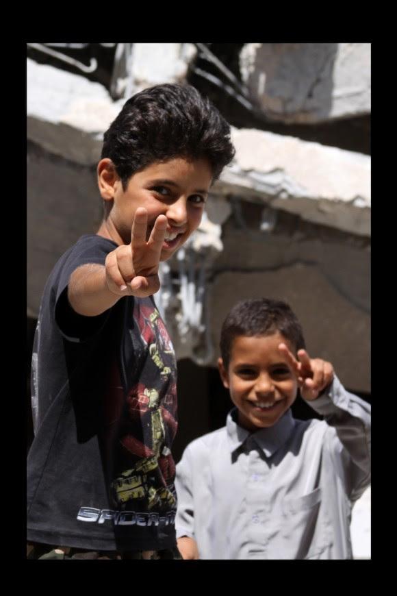 Ellos no dejan de sonreir. **(Escuela Primaria Alshrar, **Zlitan, Julio 2011)