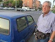 Salvatore Gino Picocco, accanto alla sua 500 (da QuiLivorno)
