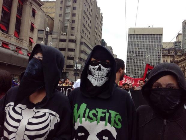 THEATRO MUNICIPAL: mascarados caminham em protesto na região central de SP. (Foto: Victor Moriyama/G1)