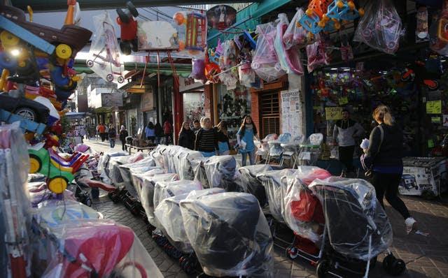 """Laferrère. En la Avenida Luro al 6000, el mayor centro comercial de La Matanza, por el que todos los días pasan miles de personas; la contracara es que barrabravas cobran un """"impuesto"""" a los locales"""