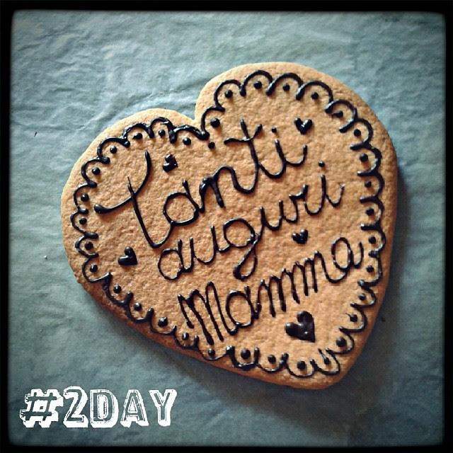 Tanti auguri alla mia mammina! Oggi sono felice, perché sono riuscita a fare un regalo speciale a mia mamma! #100happydays  #day2 #tantiaugurimamma #cuorecioccolatoso #biscottini