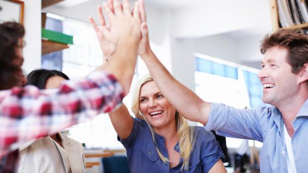 En un año ya conoces mejor el entorno laboral y a tus compañeros, por lo que ya sabes cómo manejarte dentro de la empresa.