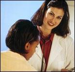 una profesional de salud en consultando con una niña