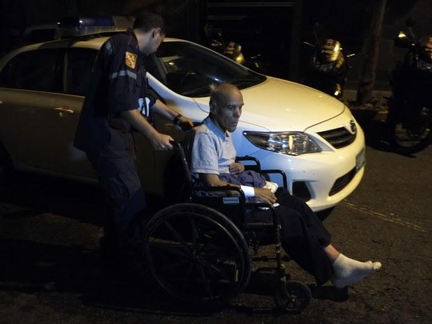 Idoso é atendido por paramédicos após ser retirado de incêndio em asilo que deixou mortos em Caracas, na Venezuela, neste domingo (23)  (Foto: Juan Barreto / AFP)