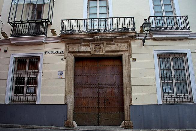 https://upload.wikimedia.org/wikipedia/commons/thumb/c/c5/Casa_fabiola_2017001.jpg/1024px-Casa_fabiola_2017001.jpg
