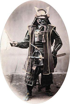 Võ sĩ Nhật trong bộ giáp đi trận và đôi gươm - do Felice Beato chụp (khoảng 1860)