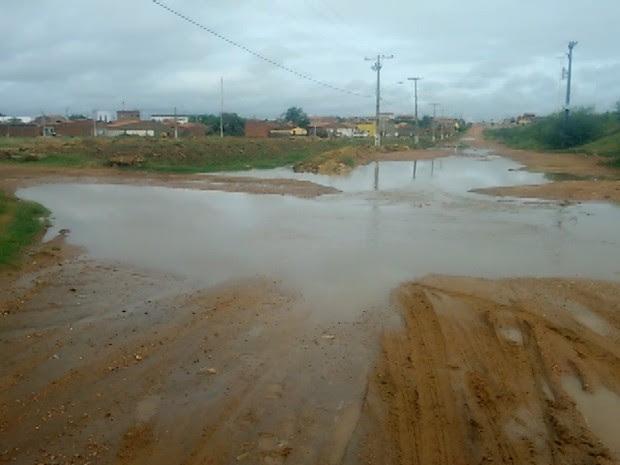 Chuva em Cabrobó encheu o canal principal da cidade e formou poças nas ruas (Foto: Didi Galvão/Arquivo pessoal)