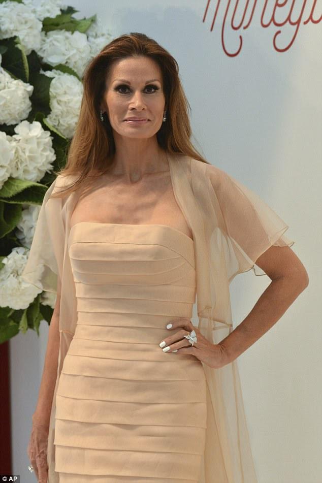 Chique: Isabell Kristensen levanta quando ela chega em um vestido de pêssego que passa, adicionando um anel de borboleta ornamentado